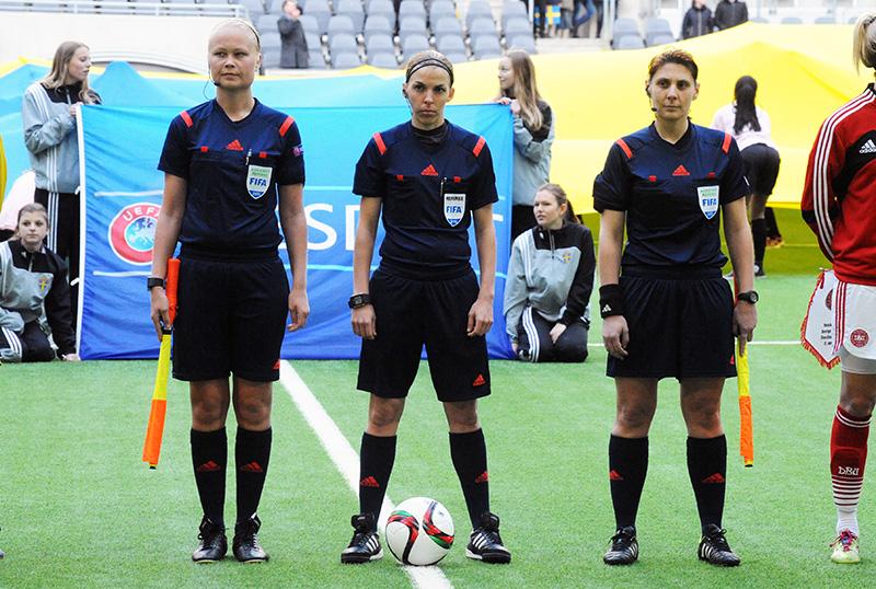 Arbitres - Frappart - © photo : Anders Henrikson https://fr.wikipedia.org/wiki/Fichier:Sweden_-_Denmark,_8_April_2015_(16467445143).jpg