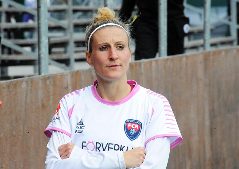 Anja Mittag en maillot du FC Rosengard croisant les bras