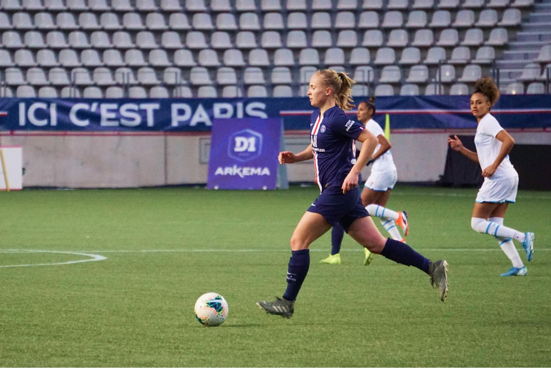 Paulina Dudek porteuse du ballon lors de PSG-OM