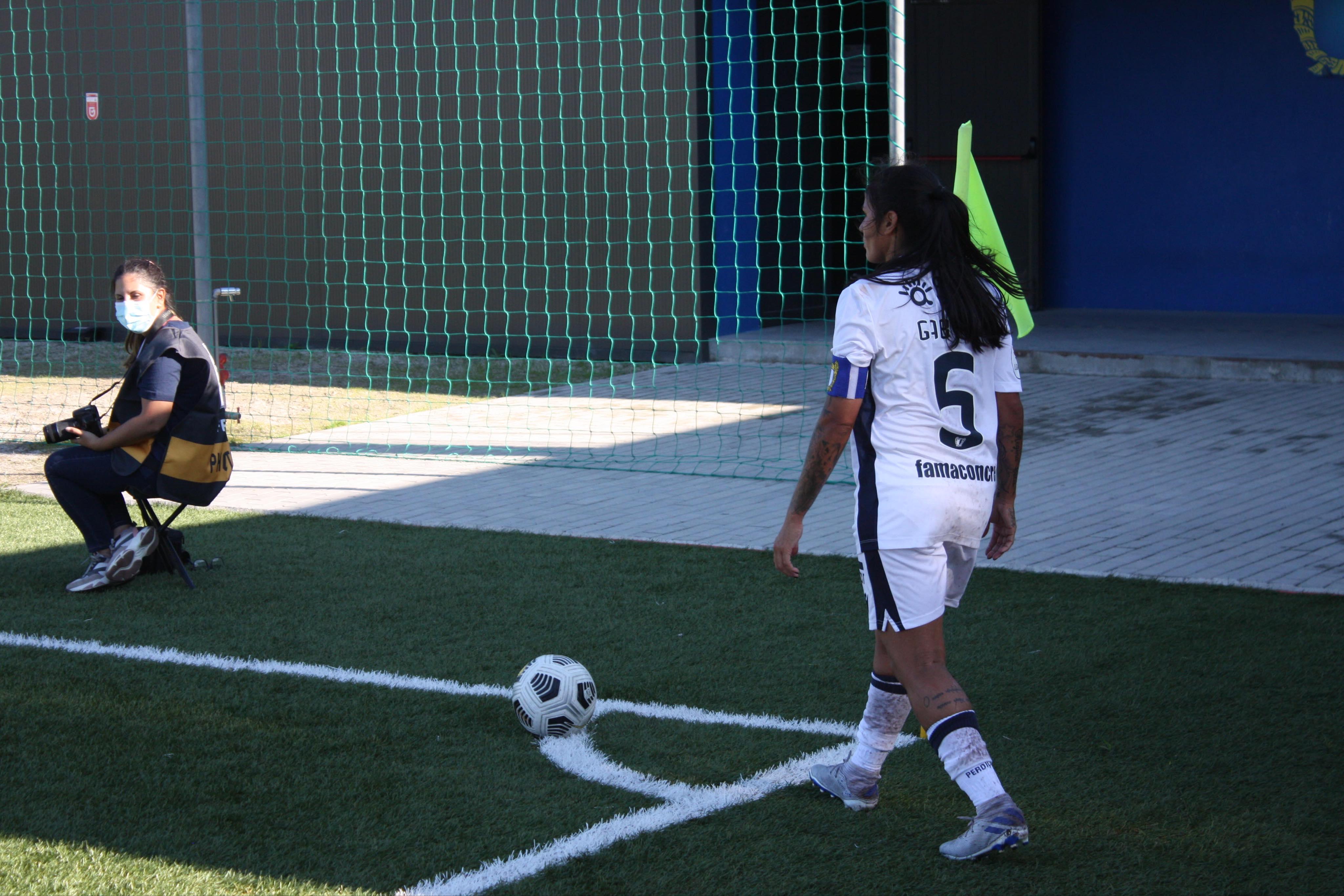 La capitaine de Famalicão Gabi Morais avant un corner
